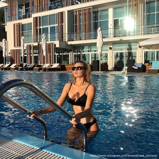 Анастасия Уколова в черном купальнике