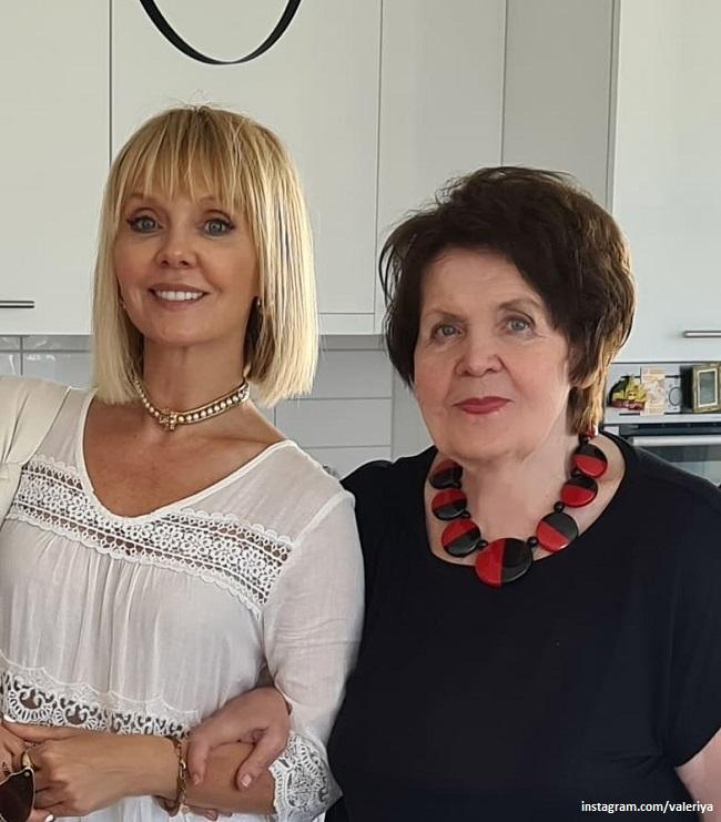 Singer Valeria with her mother
