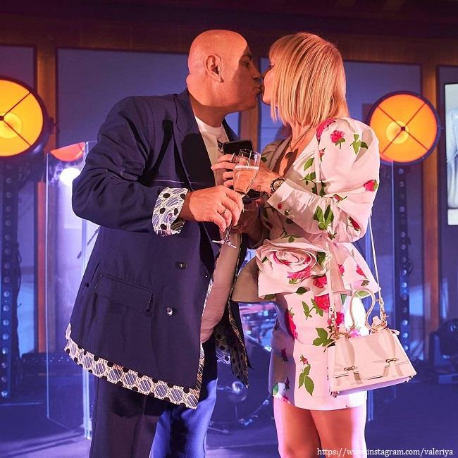 Валерия запечатлела свой поцелуй с мужем