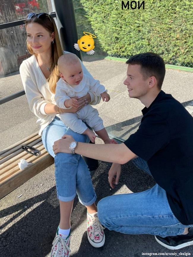 Арсений Шульгин с женой и дочкой