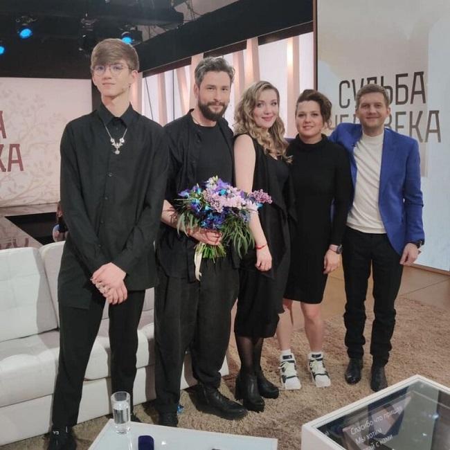 Анастасия Веденская с сыном и подругой, Максим Онищенко и  Борис Корчевников. Кадр передачи