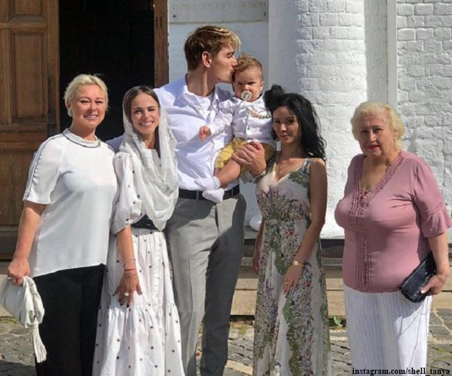 Алексей Воробьев с сыном Адамом и Татьяна Челышева на крестинах