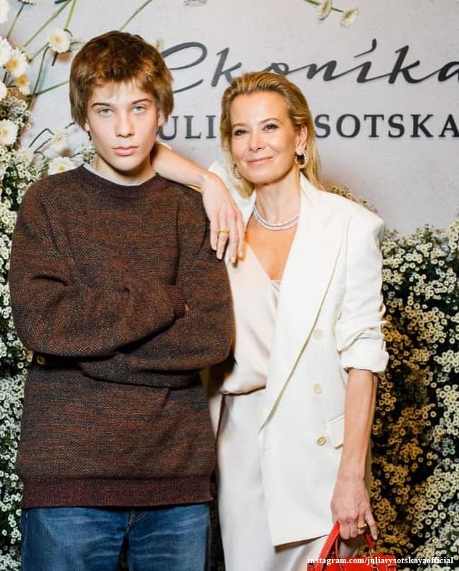 Юлия Высоцкая с сыном Петром