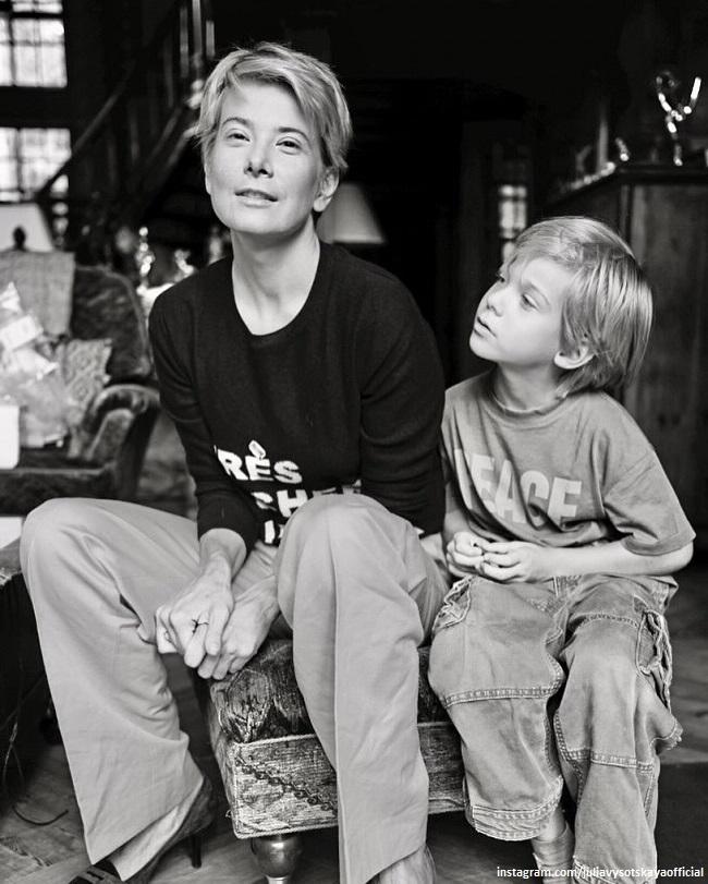Юлия Высоцкая с маленьким сыном Петей
