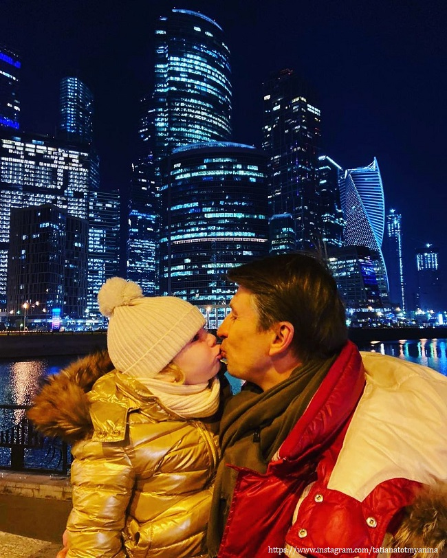 Алексей Ягцдин поцеловал дочь
