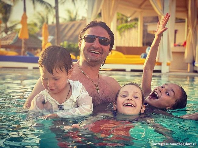 Эдгард Запашный с сыном Даниэлем и дочерьми Стефанией и Глорией