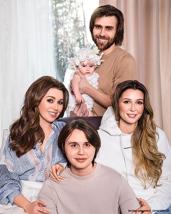 Анастасия Заворотнюк с мужем и детьми