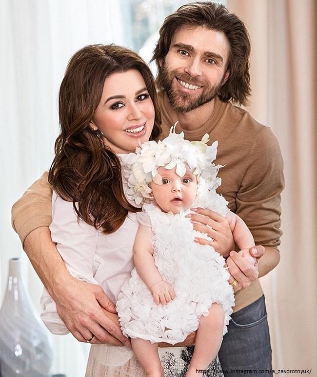 Анастасия Заворотнюк с младшей дочерью и мужем