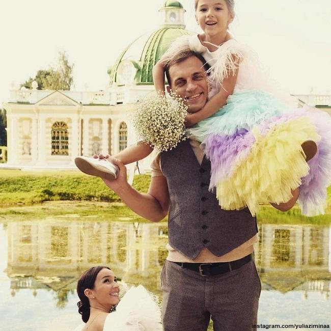 Юлия Зимина с мужем Денисом и дочерью Симой