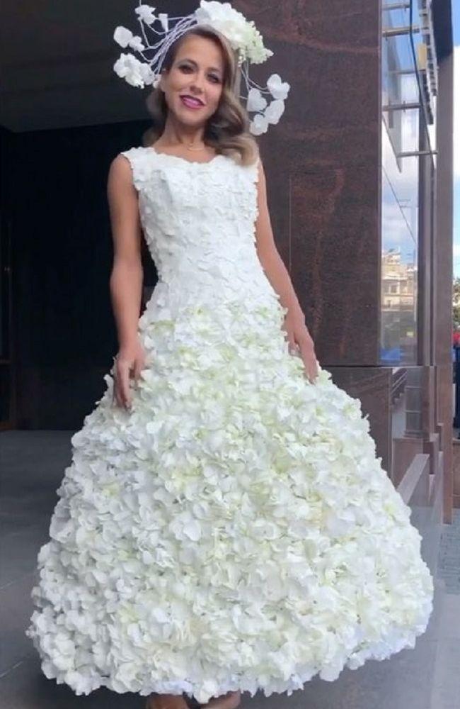 Юлия Барановская в свадебном платье из натуральных цветов