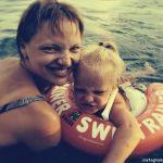 Подробнее: Екатерина Вилкова приучает дочку к океану