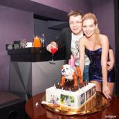 Кристина Асмус подарила мужу шикарный торт с Харламовым верхом на бульдоге