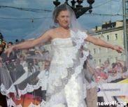 Подробнее: Мария Голубкина в свадебном платье прогулялась по красной дорожке