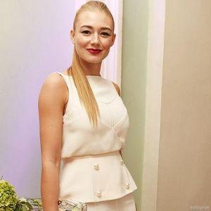 Подробнее: Оксана Акиньшина осталась без зубов и показала ноги