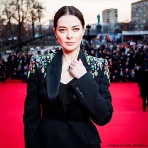 Подробнее: Марина Александрова  предстала в необычном образе с серьгами разных цветов на красной дорожке ММКФ