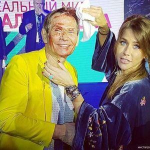 Подробнее: Бари Алибасова на юбилее окунули в торт (видео)