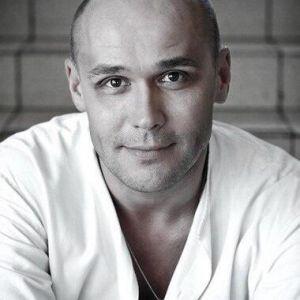 Подробнее: Максим Аверин в роли белого Отелло.