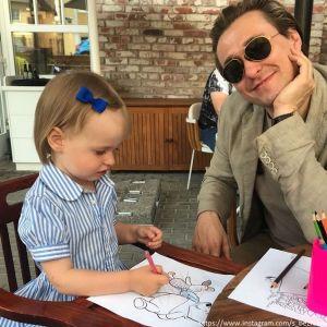 Подробнее: Сергей Безруков показал как играет с 2-х летней дочерью Машей