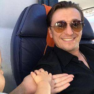 Подробнее: Сергей Безруков отправился на гастроли в Европу месте с 9-месячным сыном