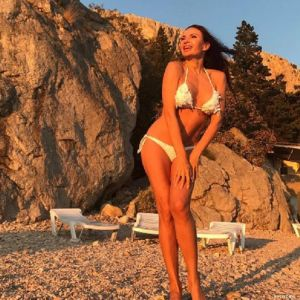 Подробнее: Эвелина Бледанс в бикини демонтирует грудь (видео)