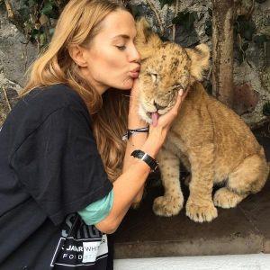 Подробнее: Виктории Боне леопард едва не откусил ухо (видео)