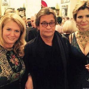 Подробнее: Александр Домогаров веселился в компании женщин