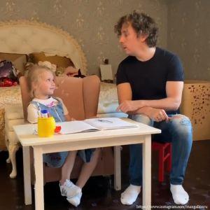 Подробнее: Максим Галкин показал, как занимается с дочерью французским языком