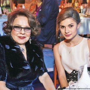 Подробнее: Дочь Марии Голубкиной пришла на выставку вместе с легендарной бабушкой