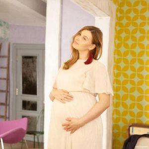 Подробнее: Любава Грешнова на последнем месяце беременности села на шпагат