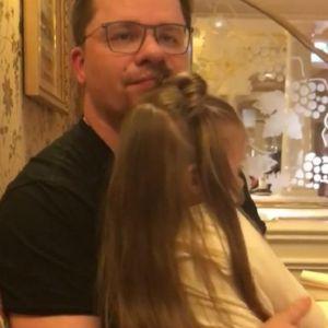 Подробнее: Гарик Харламов учит свою дочку плавать (видео)