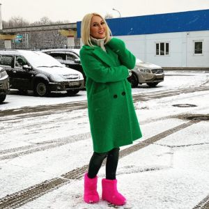 Подробнее: Лера Кудрявцева в розовых уггах вышла на прогулку с дочерью и внуком
