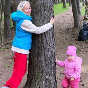 Подробнее: 1,5-годовалая дочка Леры Кудрявцевой помогает ей поливать цветы возле дома