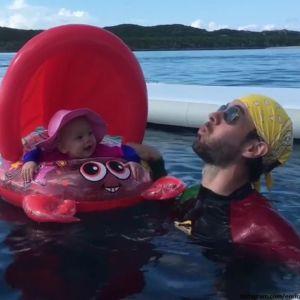 Подробнее: Гражданский муж Анны Курниковой Энрике Иглесиас учит дочь Люси плавать