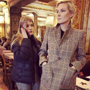 Подробнее: Рената Литвинова в клетчатом костюме гуляет с дочерью Ульяной по Парижу