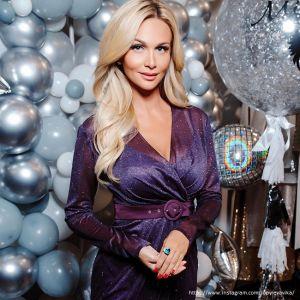 Подробнее: Виктория Лопырева поделилась фото в розовом купальнике