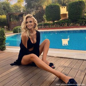 Подробнее: Виктория Лопырева показала пляжные фото в купальнике