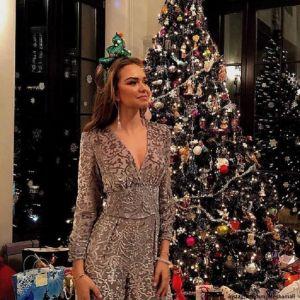 Подробнее: Стефания Маликова пришла на рождественскую вечеринку в платье с  принтом собаки