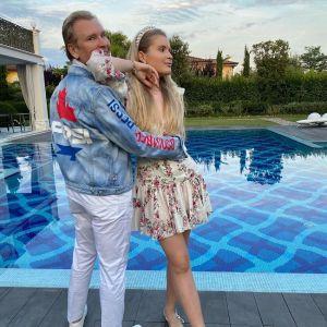 Подробнее: Жене Александра Малинина приходится отгонять ухажеров от 19-летней красавицы-дочки