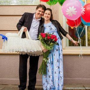 Подробнее: Денис Матросов забрал жену и счастливчика сына из роддома