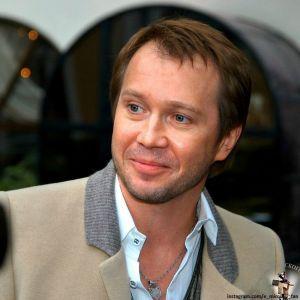 Подробнее: Евгений Миронов появился с подросшим сыном на светском мероприятии