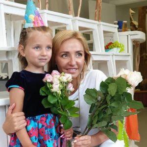 Подробнее: Татьяна Навка показала фото себя и дочки в первом классе