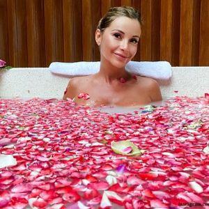 Подробнее: Ольга Орлова искупалась в лепестках роз