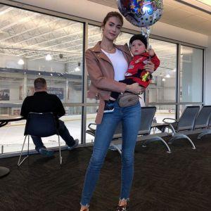 Подробнее: Жена Александра Овечкина впервые пришла на хоккейный матч с годовалым сыном