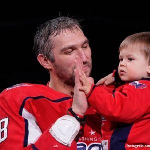 Подробнее: Александр Овечкин обучает полуторагодовалого сына играть в хоккей