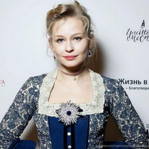 Подробнее: Юлия Пересильд появилась на благотворительном ужине в  винтажном платье