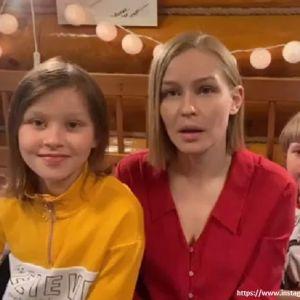 Подробнее: Юлия Пересильд с дочерьми записала трогательное видео
