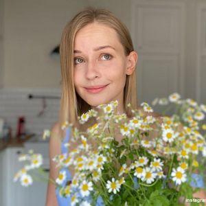 Подробнее: Юлия Пересильд показала дочек-красавиц в школьной форме с букетами в руках