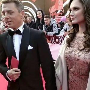 Подробнее:  Игорь Петренко позировал на красной дорожке с женой, а Екатерина Климова пришла на ММКФ одна
