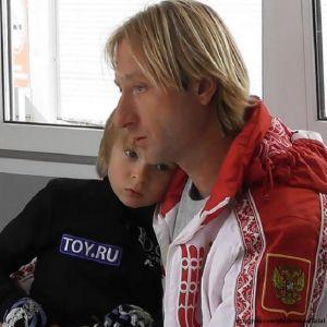 Подробнее: Евгений Плющенко повеселил сына забавной песней