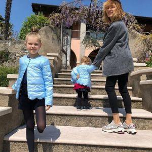 Подробнее: Елена Подкаминская устроила семейную фотосессию с дочками в Италии